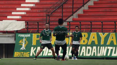 Pemain Persebaya berlatih di Stadion GBT, Rabu (27/3/19). - INDOSPORT