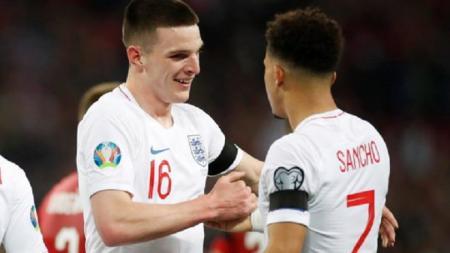 Bintang muda Timnas Inggris, Declan Rice (kiri), lebih memilih bertahan di klubnya ketimbang bergabung dengan Manchester United. - INDOSPORT