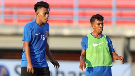 Bintang muda Borneo FC, Muhammad Sihran (kanan), tak menjadi besar kepala meski mendapat pujian dari sang pelatih, Mario Gomez. - INDOSPORT