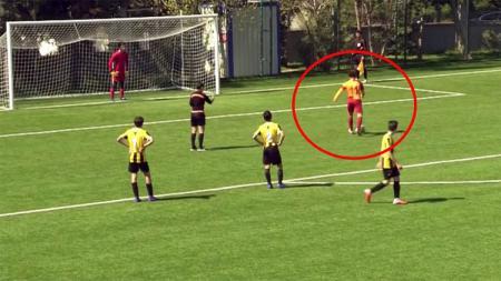 Sikap sportif Beknaz Almazbekov, pemain U-14 Galatasaray usai wasit membatalkan tendangan penalti. - INDOSPORT
