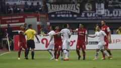 Indosport - Perselisihan antara pemain Persija Jakarta vs Kalteng Putra.