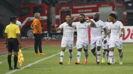 Selebrasi Patrich Wanggai (Kalteng Putra) merayakan golnya bersama teman-teman satu timnya. - INDOSPORT