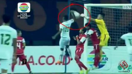 Patrich Wanggai mencetak gol dengan menggunakan tangan saat pertandingan Persija Jakarta vs Kalteng Putra di Piala Presiden 2019, Kamis (28/03/19). - INDOSPORT