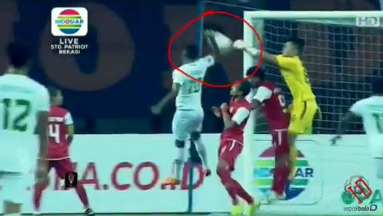 Patrich Wanggai mencetak gol dengan menggunakan tangan saat pertandingan Persija Jakarta vs Kalteng Putra di Piala Presiden 2019, Kamis (28/03/19). Copyright: ISTIMEWA