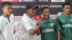 Indosport - Rahmad Darmawa dan Djadjang Nurdjaman berjabat tangan usai konfrensi pers pada Kamis (28/3/19).