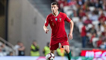 Liga Inggris: Manchester United dan Manchester City kabarnya bersaing untuk memperebutkan pemain asal Portugal yang saat ini memperkuat Benfica, Ruben Dias. - INDOSPORT