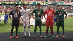 Indosport - Pemain Persebaya junior mengenakan jersey baru di Stadion GBT, Jumat (29/3/19).