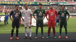 Pemain Persebaya junior mengenakan jersey baru dalam soft launching di Stadion GBT, Jumat (29/3/19).