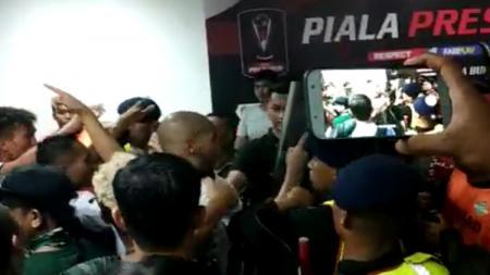 Ricuh di Lorong Stadion Gelora Bung Tomo usai laga Persebaya vs Tira Persikabo di babak 8 besar Piala Presiden 2019. - INDOSPORT