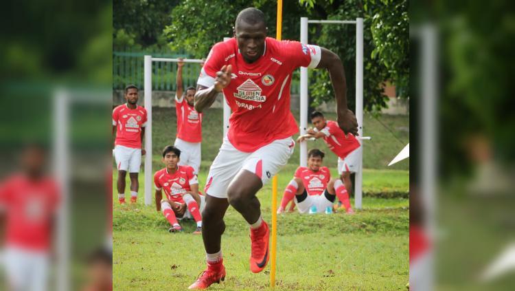 Karl Max Bathelemy alias Danny saat berlatih bersama Semen Padang. Copyright: Semen Padang