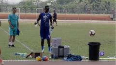 Indosport - Ezechiel N'Douassel melakukan aksi brilian saat memasukkan bola ke dalam tong.