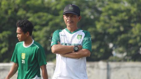 Djadjang Nurdjaman memimpin latihan di Lapangan Jenggolo, Sidoarjo pada Sabtu (30/3/19). - INDOSPORT