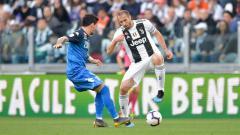 Indosport - Bek senior Juventus, Giorgio Chiellini, saat mengusai bola dalam hadangan pemain Empoli.
