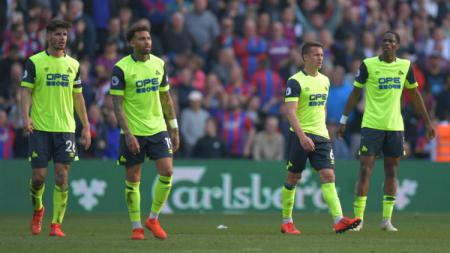 Para pemain Huddersfield terlihat lesu ketika dipastikan terdegradasi dari Liga Primer Inggris usai ditumbangkan Crystal Palace. - INDOSPORT