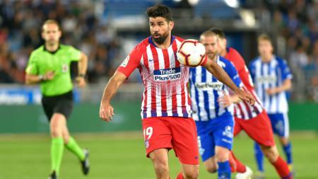 Diego Costa tengah menguasai bola di laga melawan Alaves. - INDOSPORT
