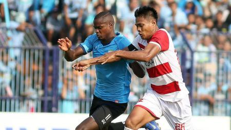 Fachrudin Aryanto (kanan) menjaga pergerakan pemain Persela. - INDOSPORT