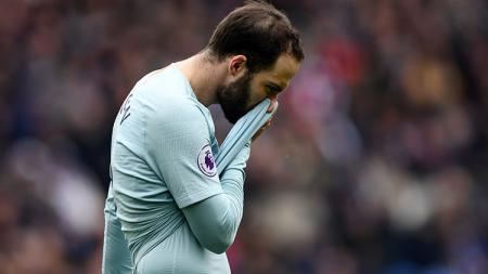 Striker Chelsea, Gonzalo Higuain, tertunduk lesu. - INDOSPORT
