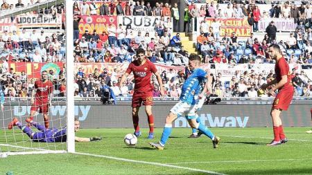 Dries Mertens mencetak gol ke gawang AS Roma. - INDOSPORT