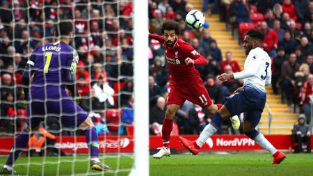 Aksi Mohamed Salah menyundul bola pada laga Liverpool vs Tottenham Hotspur di Liga Primer Inggris (Premier League) 2018/2019. - INDOSPORT