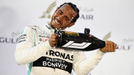 Pembalap dari Mercedes, Lewis Hamilton berhasil menjadi juara di balapan Formula 1 GP China 2019, Minggu (14/04/19). - INDOSPORT