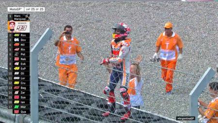 Marc Marquez rayakan juara MotoGP Argentina 2019 dengan goyang Yolo Yolo BTS, Senin (01/04/19) dini hari. - INDOSPORT