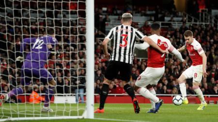 Aaron Ramsey menendang bola saat laga Arsenal vs Newcaste United di Liga Primer Inggris (Premier League), Selasa (02/04/19) dini hari. - INDOSPORT
