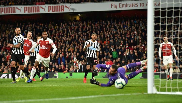 Aaron Ramsey melepaskan tendangan saat laga Arsenal vs Newcaste United di Liga Primer Inggris (Premier League), Selasa (02/04/19) dini hari. Copyright: Twitter/@Football_LDN