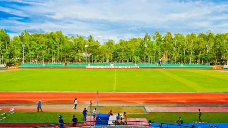 Pohon eukaliptus memenuhi kawasan stadion Panaad markas Ceres-Negros. - INDOSPORT