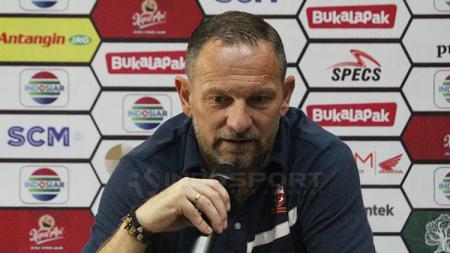 Dejan Antonic saat konfrensi pers jelang babak semifinal Piala Presiden 2019, Selasa (02/04/19). - INDOSPORT