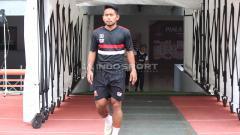 Indosport - Andik Vermansah bersiap mengikuti OT di Stadion GBT pada Selasa (2/4/19).