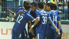 Indosport - Skuat Arema FC saat merayakan gol Hanif Sjahbandi ke gawang Kalteng Putra di pertandingan semifinal leg pertama Piala Presiden 2019, Selasa (02/04/19) malam WIB.