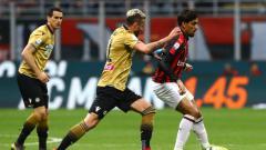 Indosport - Lucas Paqueta tengah menghindari penjagaan pemain Udinese.