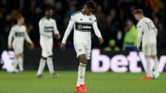 Indosport - Salah satu wonderkid Fulham, Ryan Sessegnon tertunduk lesu usai timnya degradasi dari Liga Primer Inggris 2018/19, Rabu (03/04/19) dini hari WIB.