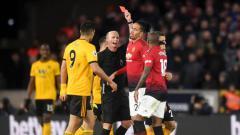 Indosport - Wasit Mike Dean memberikan kartu merah kepada Ashley Young