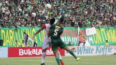Indosport - Pertandingan Persebaya Surabaya vs Madura United.