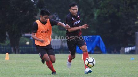 Para pemain Persis Solo berlatih di Lapangan AURI Lanud Adi Soemarmo, Solo. - INDOSPORT