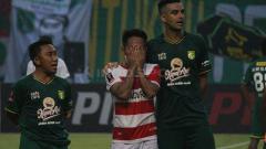 Indosport - Andik Vermansah (tengah) tak mampu menahan haru usai laga Persebaya vs Madura United di ajang Piala Presiden 2019 lalu.
