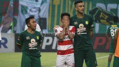 Indosport - Pemain Madura United, Andik Vermansah menangis saat bernyanyi song for pride, Rabu (3/4/19).