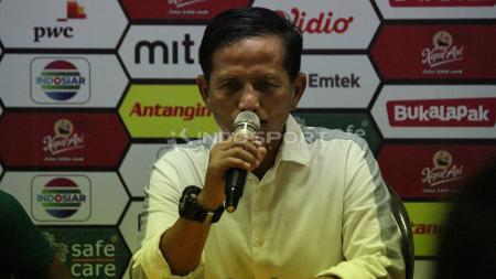 Djadjang Nurdjaman saat konfrensi pers, Rabu (3/4/19). - INDOSPORT