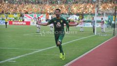 Indosport - Selebrasi Manuchekr Dhzalilov setelah membobol gawang M Ridwan, Rabu (3/4/19).