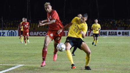 Bruno Matos dihadang pemain lawan dalam pertandingan Ceres-Negros vs Persija Jakarta di Piala AFC 2019, Rabu (03/04/19). - INDOSPORT