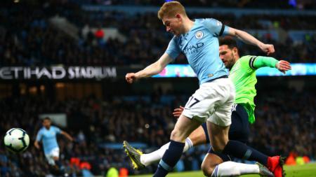 Pemain Manchester City, Kevin De Bruyne saat berduel dengan pemain Cardiff City. - INDOSPORT