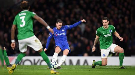 Eden Hazard melepaskan tendangan berujung gol pada pertandingan Chelsea vs Brighton & Hove Albion di Liga Primer Inggris (Premier League), Kamis (04/04/19). - INDOSPORT