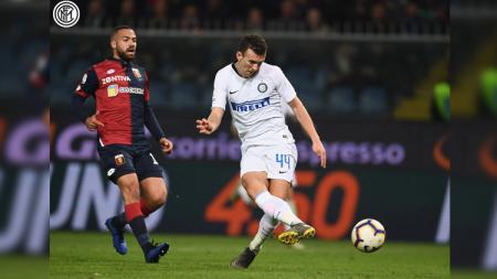 Ivan Perisic menedang bola yang berujung gol ketika partai Genoa vs Inter Milan di Serie A Italia, Kamis (04/04/19). - INDOSPORT