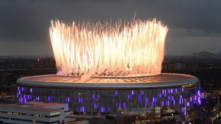 Kembang api saat pembukaan Stadion Tottenham Hotspur melawan Crystal Palace pada Kamis (04/04/19) dini hari WIB. - INDOSPORT