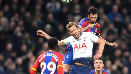 Luka Milivojevic dari Crystal Palace berhasil mengambil bola lewat sundulannya dari Harry Kane Stadion Tottenham Hotspur pada Kamis (03/04/19)