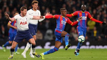 Wilfried Zaha mengontrol bola dari Jan Vertonghen pada laga Primer Inggris di Stadion Tottenham Hotspur pada Kamis (03/04/19)