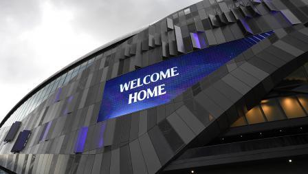 LED dengan bertuliskan 'Welcome Home' di Stadion Tottenham Hotspur pada Kamis (03/04/19)