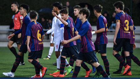 Aksi para pemain Thailand U-15 saat berhadapan dengan Barcelona U-15 - INDOSPORT