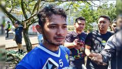 Indosport - Gelandang Persib Bandung, Gian Zola seusai berlatih di Lapangan Saraga, Kota Bandung, Rab (3/4/19).